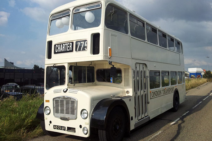 Witte klassieke trouwbus (68 personen)