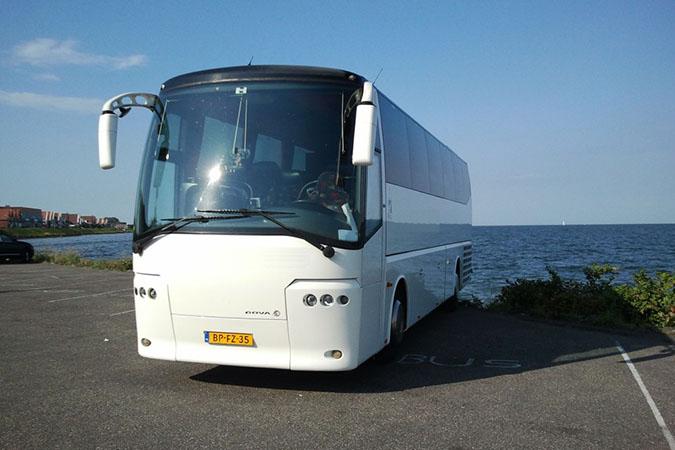 Witte moderne trouwbus (50 personen)