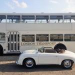 Klassieke trouwbus met Porsche 356